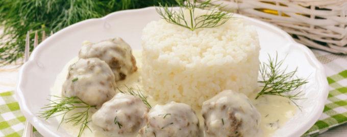 тефтели рыбные под сметанным соусом и рисом