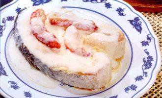 Семга под крабовым соусом на тарелке