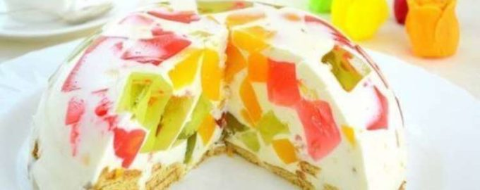 Желейный торт с фруктами и бисквитом