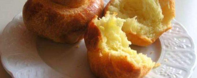 Сдобные булочки с сахаром из дрожжевого теста