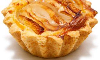 Миндальное пирожное с творожным кремом и грушами