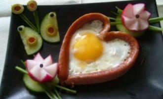 Завтрак для влюбленных в форме сердечка