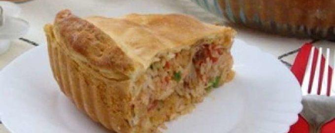 Пирог с курицей, овощами и рисом