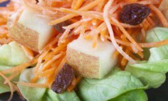 Витаминный салат из моркови с изюмом