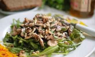 грибной салат с орехами