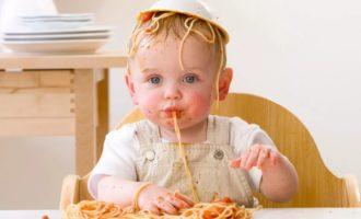 ребенок ест макароны