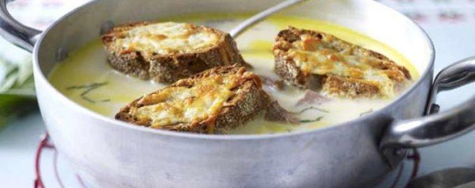 Чесночный суп с сыром и сухариками