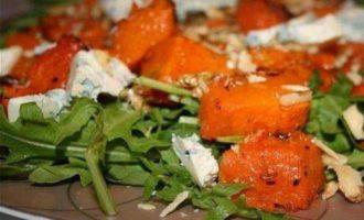 Салат с тыквой и голубым сыром
