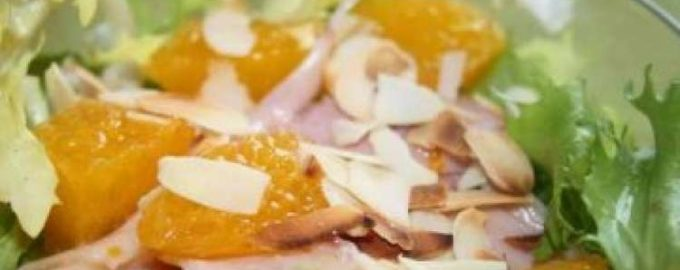 Куриный салат с апельсинами и миндалём