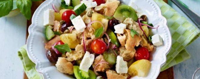 Салат с разноцветными томатами, маслинами и брынзой