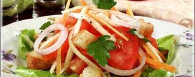 Итальянский овощной салат с гренками