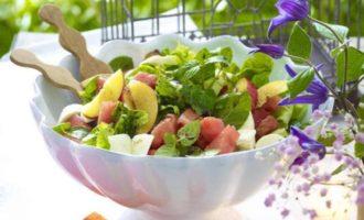 Салат с арбузом и рассольным сыром