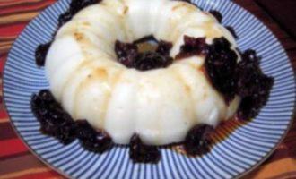 Пудинг из манной крупы с черносливом