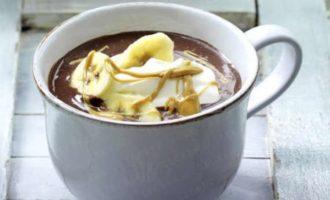 Горячий шоколад с бананом и арахисовым маслом